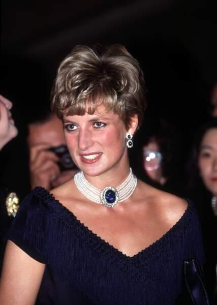 La princesse Diana et son collier en perles et en saphir offert par la reine mère lors de son mariage avec le prince Charles. l