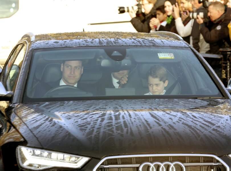 Le prince William arrivant à Buckingham avec son aîné George le 18 décembre 2019 : le petit prince était assis au côté de son père, mais dans un siège adapté, dans le respect des lois anglaises.