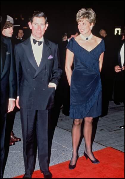 Le prince Charles et la princesse Diana lors d'un voyage au Canada en 1991. Lady Diana porte son fameux collier en perles et en saphir offert par la reine.