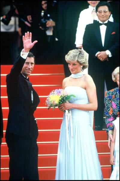 Le prince Charles et Lady Diana (en robe Catherine Walker) et boucles d'oreilles en aigue-marine et diamant, lors du festival de Cannes 1987.