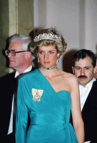 Lady Diana portant la tiare de la famille Spencer et un collier en émeraudes, lors d'une réception à Londres en 1988.