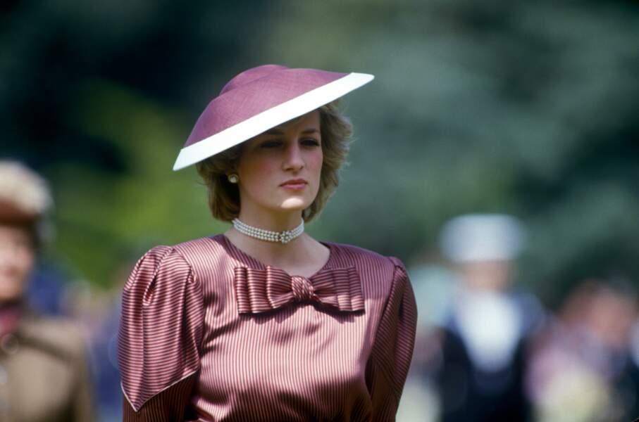 La princesse Diana, dans une robe à rayures signée Catherine Walker, accessoirisé d'un choker en perles, lors d'un voyage en Italie en 1985.