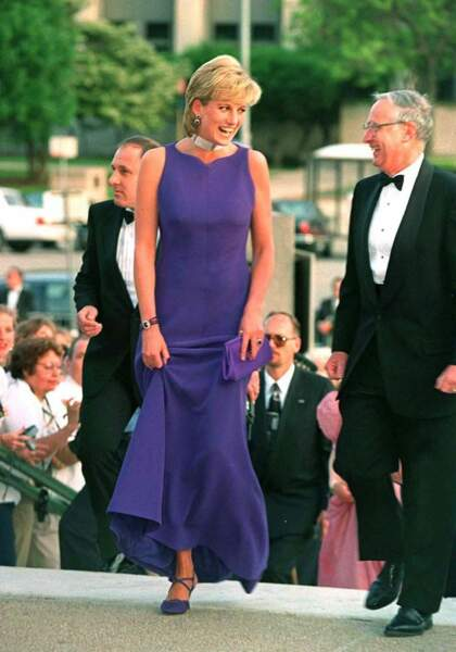 La princesse Diana lors d'une soirée à Chicago en 1996 portant une robe longue de soirée violette et un collier de perles, diamants et rubis.