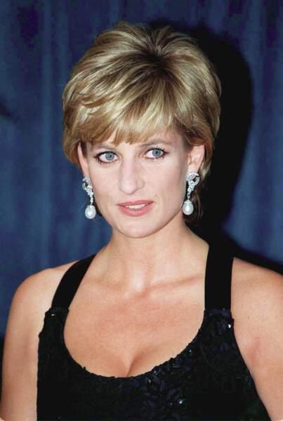 La princesse Diana lors d'une remise de prix à New York le 11 décembre 1996. Elle porte une robe du créateur Jacques Azagury, et des boucles d'oreilles pendantes en perle.