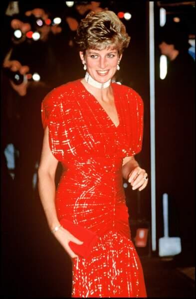 """La princesse Diana lors de la première du film """"Hot Shots"""" à Londres en 1991. Elle porte une robe rouge à paillettes Bruce Oldfield, et un collier ras-de-cou en perles, diamants et rubis."""
