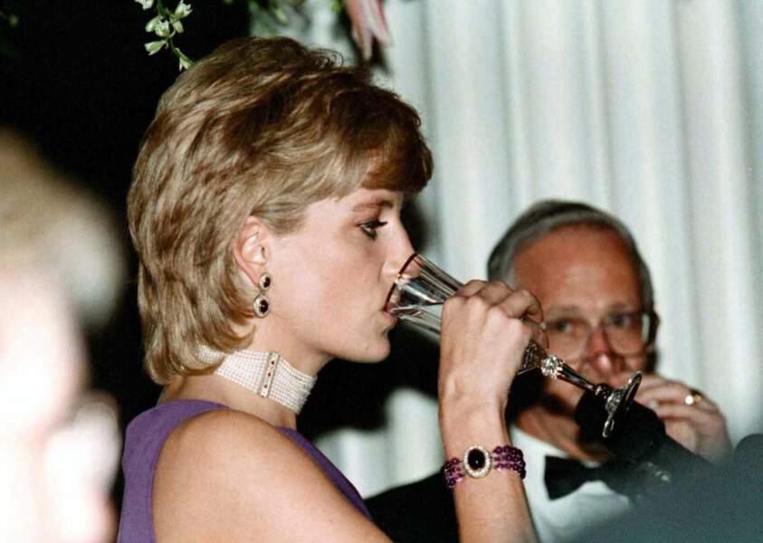 La princesse Diana lors d'une soirée à Chicago en 1996 portant un collier constitué de onze rangs de perles, rehaussé de diamants et de rubis.