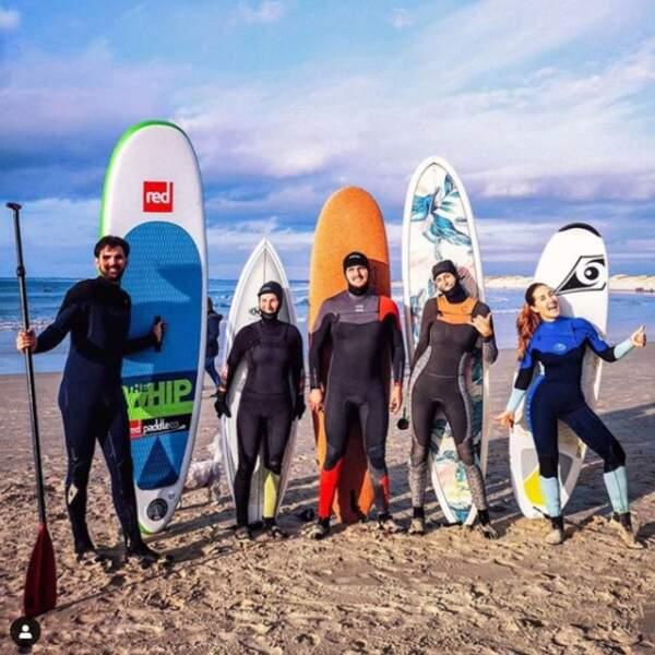Pour Laury Thilleman, c'est surf en famille sur une plage de Bretagne. Le sable et le soleil oui, mais pour la chaleur c'est pas sûr...