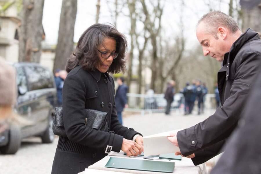 Audrey Pulvar, signant le livre d'or, aux obsèques d'Anna Karina.