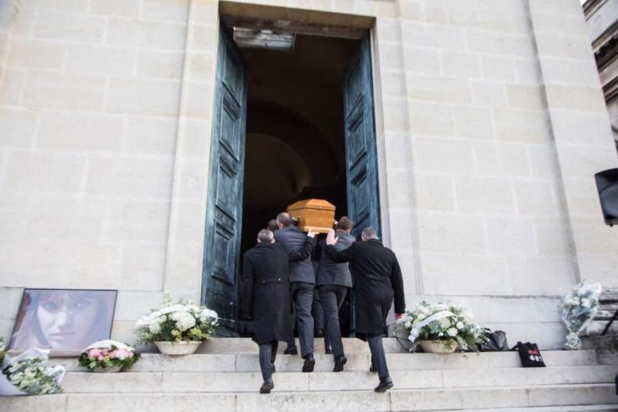 Le cercueil d'Anna Karina arrive à la chapelle du Père Lachaise, le samedi 21 décembre, à Paris.