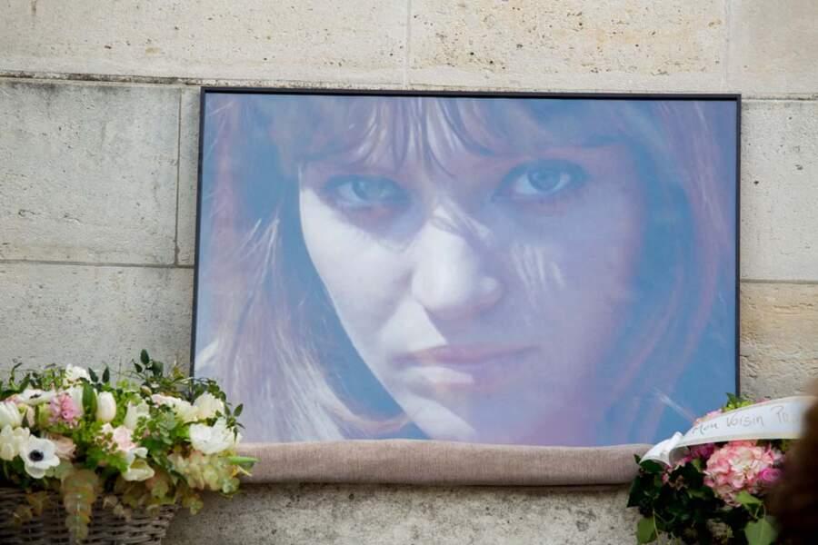 Une photo d'Anna Karina, déposée sur le parvis de la chapelle du Père Lachaise.