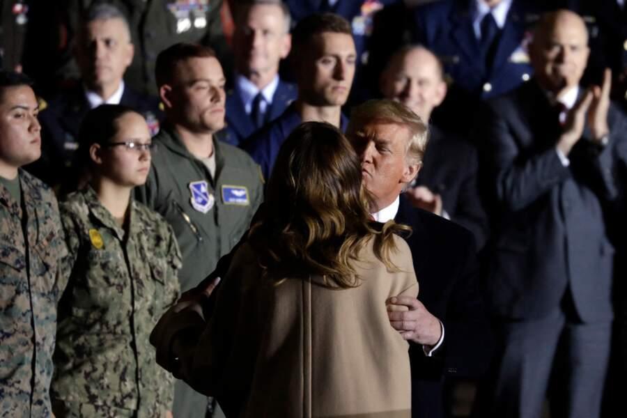Melania et Donald Trump échangent une rare marque d'affection, le 20 décembre 2019 dans le Maryland