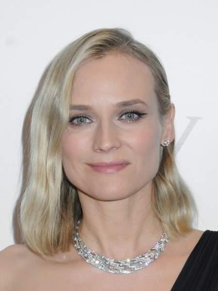 Diane Kruger mise sur le carré blond polaire légèrement wavy.