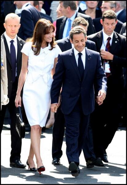 Nicolas Sarkozy et sa femme Carla Bruni main dans la main lors du défilé du 14 juillet 2009. Uni, le couple présidentiel s'affiche régulièrement complice.