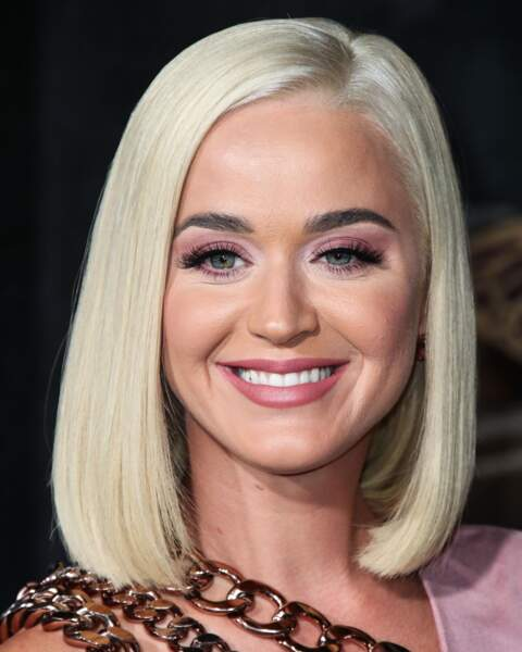 Katy Perry et son carré blond platine ultra lissé.