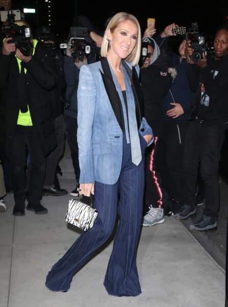 Celine Dion, image de la coolitude branchée avec son carré blond et sa mèche toujours placée derrière l'oreille.