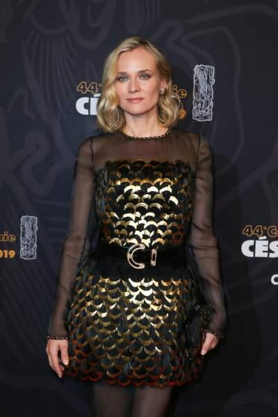 Diane Kruger glamour avec ce carré blond ondulé et ses mèches plus claires qui accentuent l'élégance de sa coiffure.