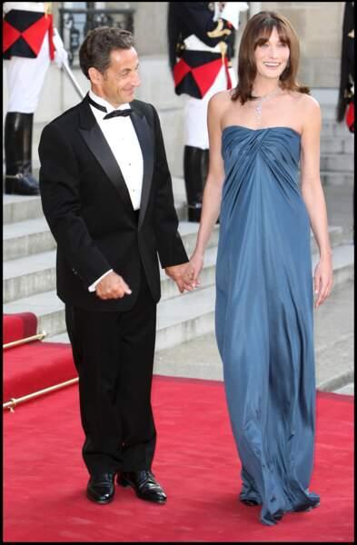 Nicolas Sarkozy subjugué devant la beauté de sa femme Carla Bruni à l'Elysée pour l'accueil de l'émir du Qatar en juin 2009.