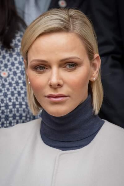 la Princesse Charlène de Monaco stylée avec son carré blond parfaitement lissé.