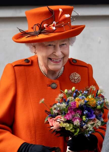 La reine Elizabeth II a reçu un joli bouquet lors de sa visite du Musée des Sciences à Londres