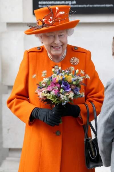 Elizabeth II a opté pour un ensemble orange vif pour sa visite du Musée des Sciences à Londres