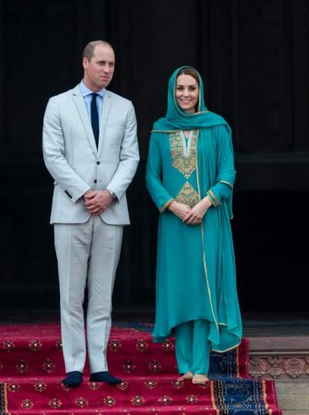 Le prince William et Kate Middleton posant à la sortie de la mosquée Badshahi  lors de leur voyage au Pakistan
