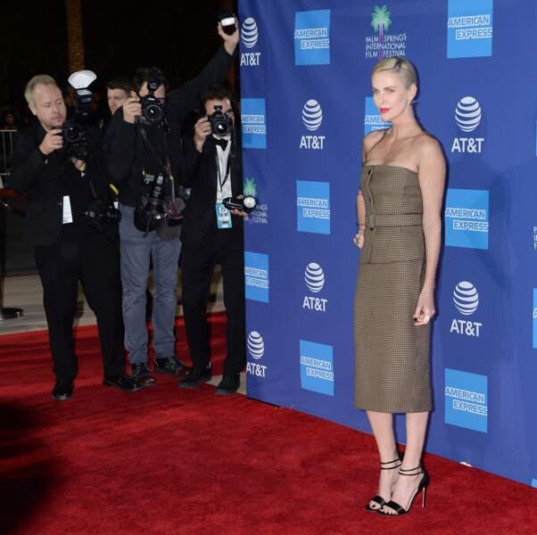 Charlize Theron très glamour en tailleur bustier doublé d'un voile.