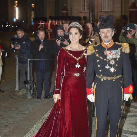 PHOTOS – Mary du Danemark porte une robe glamour en velours pour la 4ème fois!