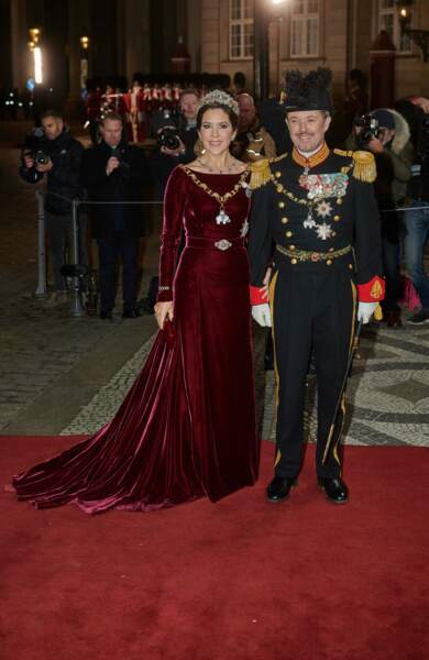 La princesse Mary de Danemark porte une longue robe en velours qu'elle a déjà mise plusieurs fois.