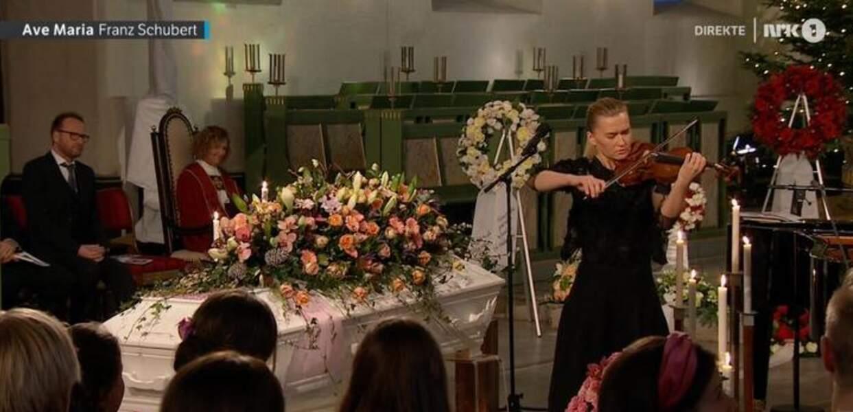 Au début de la cérémonie, une violoniste a joué l'Ave Maria de Schubert