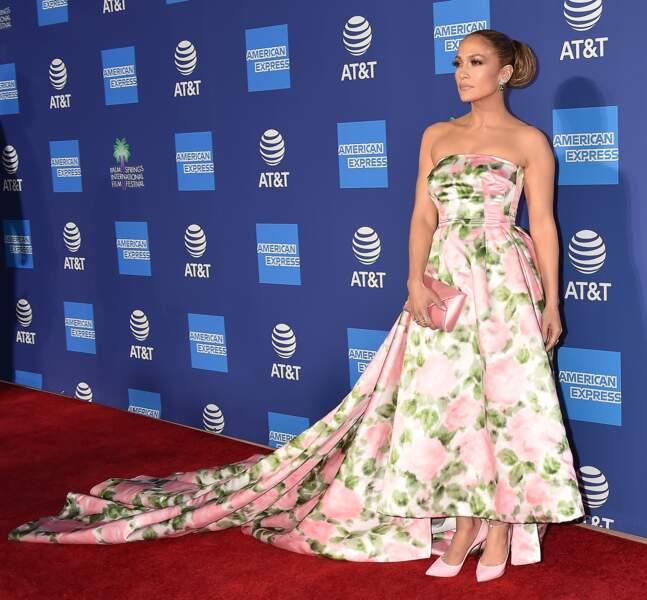 Un total look rose romantique pour Jennifer Lopez.