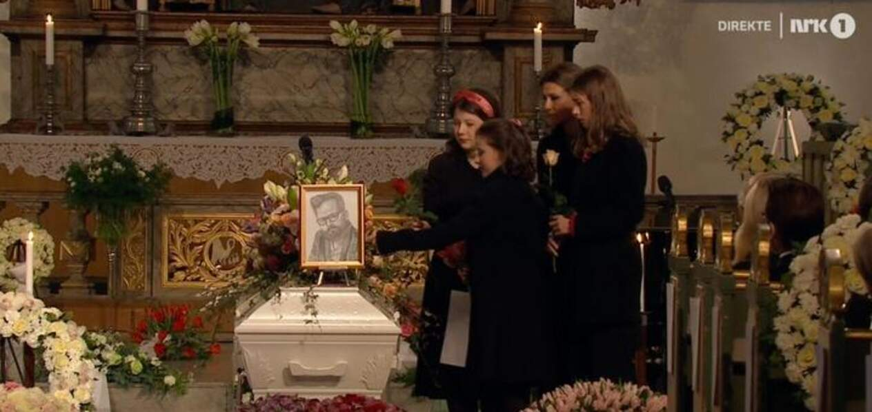 Märtha Louise entourée de ses trois filles pour déposer des fleurs sur le cercueil d'Ari Behn