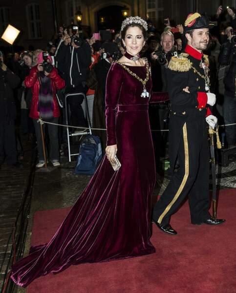 La princesse Mary du Danemark portait déjà cette robe longue en velours lors de la réception du  Nouvel An au Palais d'Amalienborg a Copenhague au Danemark le 31 décembre 2013.