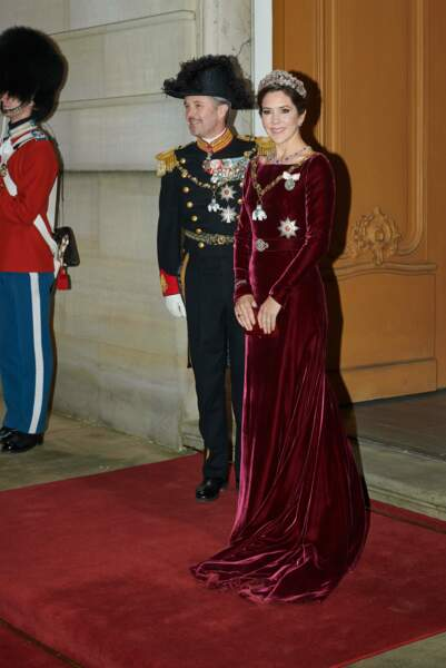 La princesse Mary de Danemark garde la même robe , la même tiare mais change de tour de cou et de boucles d'oreilles en 2020.