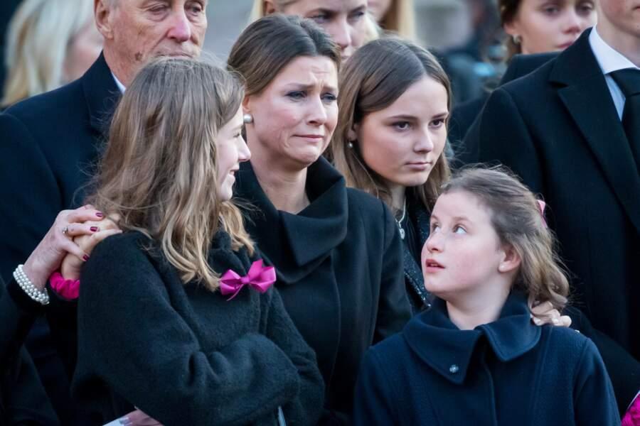 Märtha Louise, très émue, a soutenu leurs trois filles Maud Angelica (16 ans), Leah Isadora (14 ans) et Emma Tallulah (11 ans)