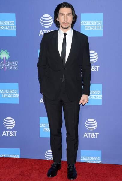 Adam Driver toujours très chic en costume noir.