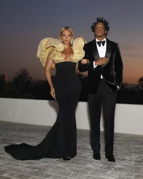 Beyonce sublime en Schiaparelli au bras de son mari Jay-Z.