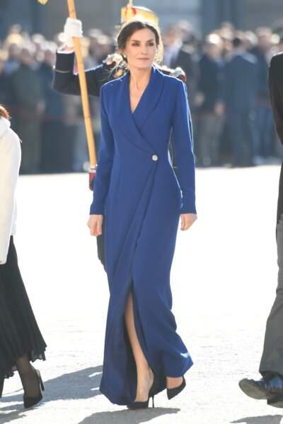 Letizia d'Espagne bluffe son monde le 6 janvier 2020 lors de la parade militaire du Nouvel An, dans une longue robe fendue.