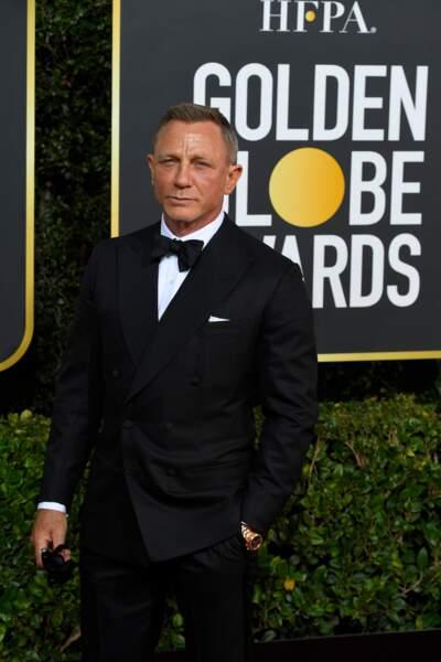 Daniel Craig élégant en costume.