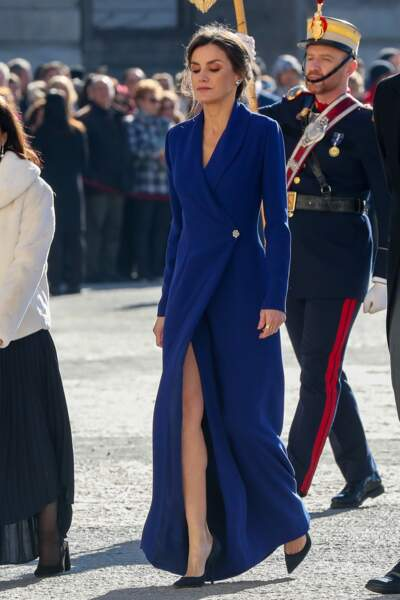 La reine Letizia d'Espagne dévoile ses jambes fines et musclées dans cette robe longue et fendue.