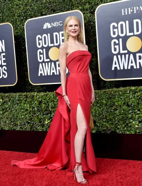 Nicole Kidman sculpturale en robe rouge fendue Atelier Versace.
