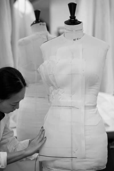 La robe Dior de Jennifer Aniston a nécessité 200 heures de travail effectuées par trois petites mains des ateliers Dior.