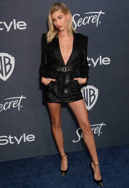 Hailey Baldwin Bieber sexy dans une robe courte et décolletée signée Saint Laurent Paris.