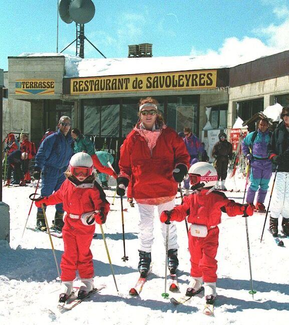 Sarah Ferguson sur les pistes de Verbier avec ses filles Beatrice et Eugenie, en mars 1995.