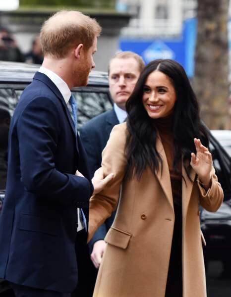 Meghan Markle ravissante avec son manteau long camel Stella McCartney et ses cheveux longs lâchés.