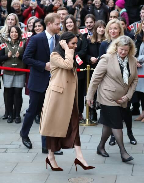 Meghan Markle ravissante avec son manteau long camel Stella McCartney et une jupe longue en soie Massimo Dutti.