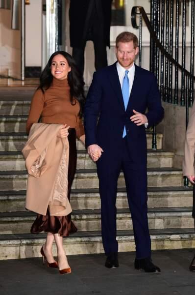 Meghan Markle sublime avec un long manteau camel, une jupe en soie Massimo Dutti et des escarpins Jimmy Choo.