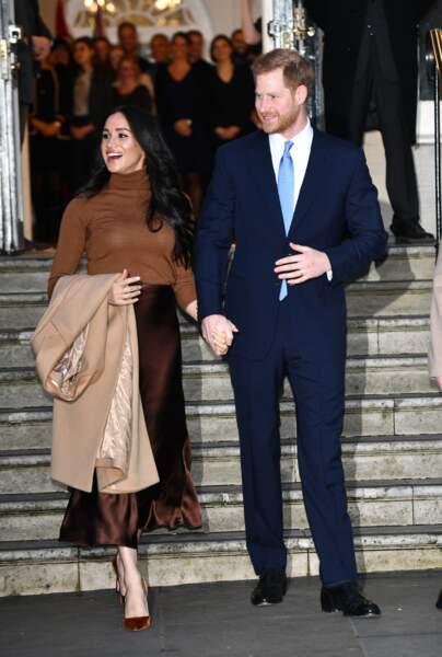 Quant au prince Harry, il a opté pour un costume bleu marine accessoirisé d'une cravate bleu marine.