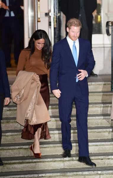 L'ex-actrice de Suits portait un manteau signé Stella McCartney avec un top à col roulé H&M et une jupe de chez Massimo Dutti.