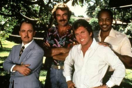 Tom Selleck (Magnum), entouré de John Hillerman (Higgins), Larry Manetti (Rick), et Roger E. Mosley (Terry).