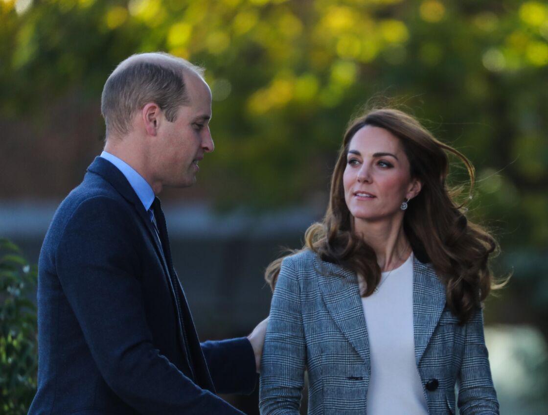 Prise en flag' ! Kate Middleton, observant le crâne très dégarni du prince William, lors d'un engagement à Londres, en novembre 2019.